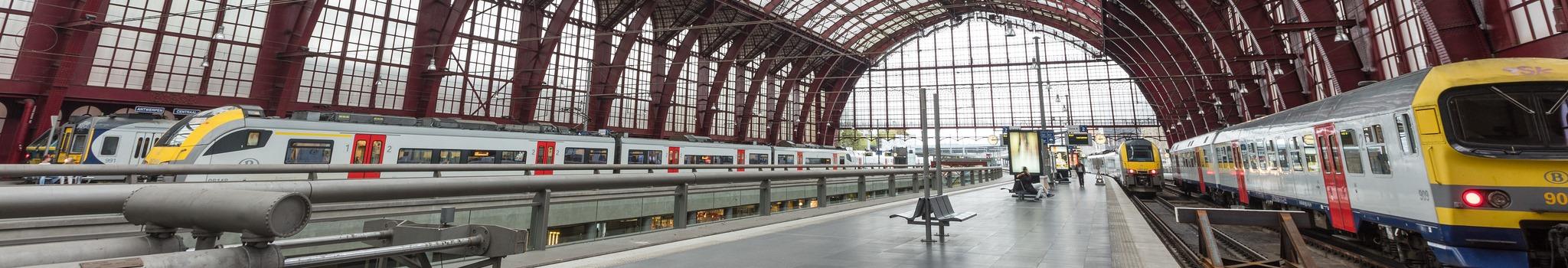 Banner met treinen in Antwerpen