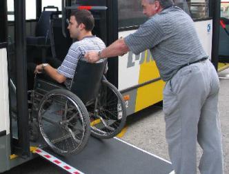 rolstoelgebruiker rijdt de bus binnen via de oprijplaat