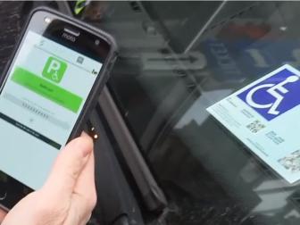 parkeerkaart voor personen met een handicap wordt gescand met een app om de geldigheid te controleren