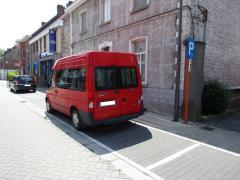 foto van een aangepast busje voor rolstoelvervoer op een aangepaste parkeerplaats