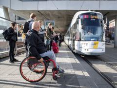 Rolstoelgebruiker wacht op de tram in Gent - foto Stefaan Van Hul