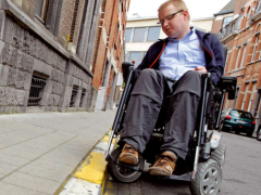 rolstoelgebruiker op de openbare weg