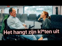 """rolstoelgebruiker Kurt Vanhauwaert en Linde Merckpoel op de trein - opschrift """"Het hangt zijn kl*ten uit"""""""